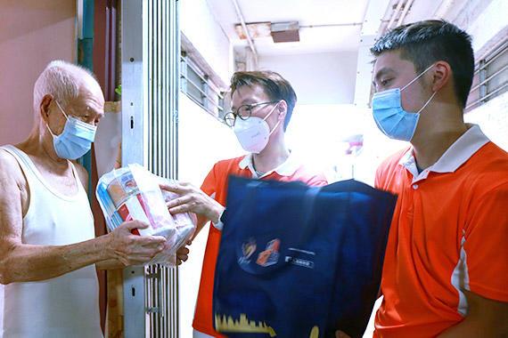 10月1日,乐善堂义工队为长者送上「中秋爱心福袋」